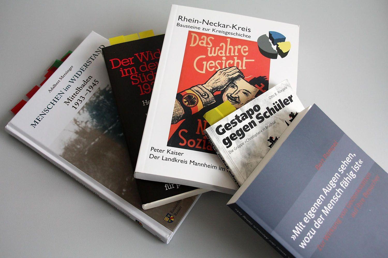 Aufeinanderliegende Bücher u.a. über die Geschichte in Mittelbaden und den Rhein-Neckar-Kreis