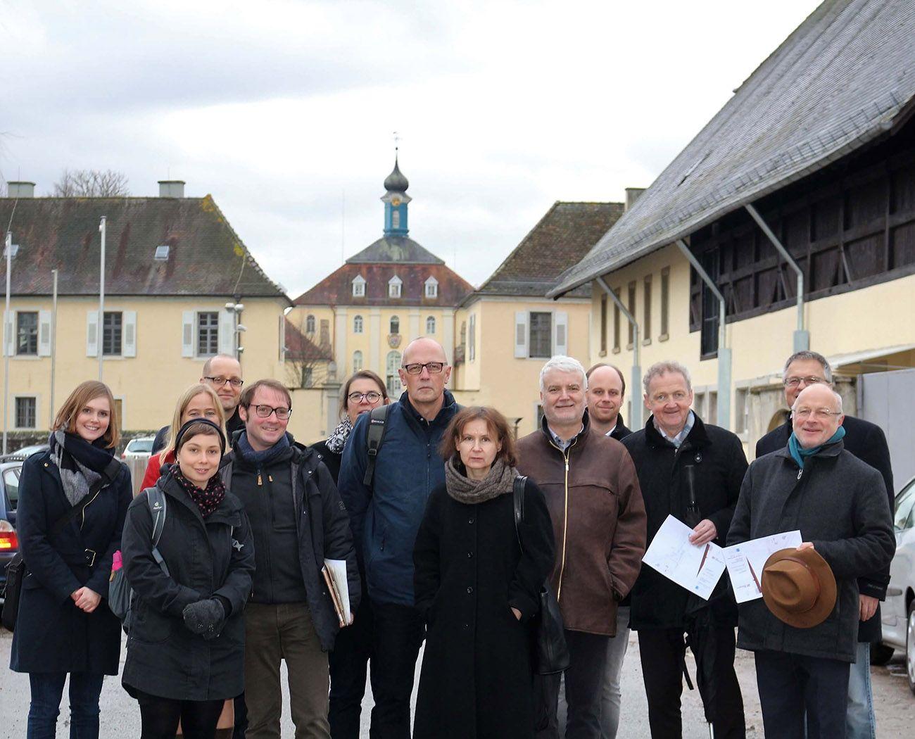 Der Wissenschaftliche Beirat vor dem Hauptgebäude vom Schloss Kislau